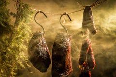 Hangende ham in het rookhok stock foto's
