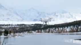 Hangende hommel die beelden van witte de winteraard nemen stock footage
