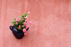 Hangende installatie op terracotta geschilderde muur Royalty-vrije Stock Fotografie