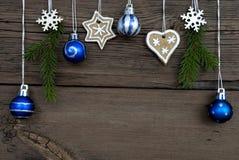 Hangende Kerstmisballen en Kerstmisdecoratie Stock Afbeeldingen
