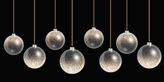 Hangende Kerstmisballen met gouden decoratie op een achtergrond Stock Fotografie