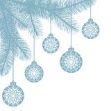 Hangende Kerstmisballen met sneeuwvlokken op nette takken De gelukkige achtergrond van de Nieuwjaarvakantie met plaats voor tekst Stock Afbeelding