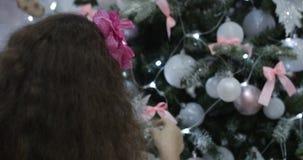 Hangende Kerstmisdecoratie op boom met Kerstmislichten Het verfraaien op Kerstboom met bal 4K stock footage