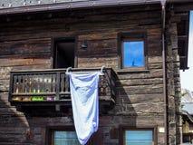 Hangende kleren in de zon in een chalet Italië stock afbeeldingen