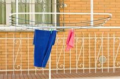 Hangende kleren op het droogrek met spelden royalty-vrije stock afbeeldingen