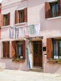 Hangende kleren, roze huis, Burano, Venetië royalty-vrije stock fotografie
