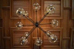 Hangende lampen en vierkante gestalte gegeven ontwerpen van een plafond van de bouw royalty-vrije stock afbeelding