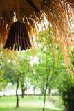 Hangende lantaarns bij de hoek van het plattelandshuisje in het bos, verstand royalty-vrije stock foto's