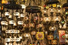 Hangende lantaarns binnen de Grote Bazaar in Istanboel stock foto's