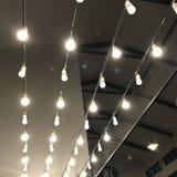 Hangende lichten binnendecoratie stock foto