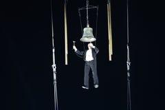 Hangende mens die de klok voor de eerste prestaties van het nieuwe jaar bellen Royalty-vrije Stock Afbeeldingen