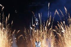 Hangende mens met vuurwerk bij achtergrond voor eerste van het nieuwe jaar Royalty-vrije Stock Fotografie