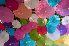 Hangende multicolored paraplu's, paraplu'sachtergrond Royalty-vrije Stock Afbeeldingen