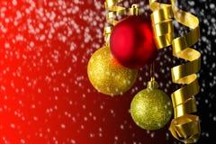 Hangende rood en gouden Kerstmisballen Stock Foto's