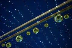 Hangende slinger met Kerstmisballen Stock Foto's
