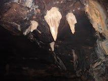 Hangende stalactieten in een marmeren hol stock afbeelding