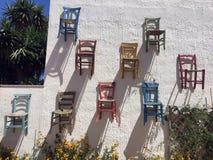 Hangende stoelenmuur Stock Foto's