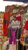 Hangende sweaters en overtrekken royalty-vrije stock foto