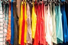 Hangende T-shirts op een rij stock afbeeldingen