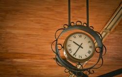Hangende uitstekende klok aan de gang post Royalty-vrije Stock Foto