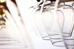 Hangende wijnglazen Royalty-vrije Stock Foto's