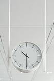 Hangende witte klok Royalty-vrije Stock Foto's
