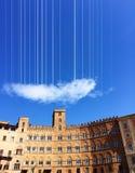 Hangende wolk in de blauwe hemel van Siena stock foto's