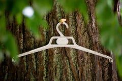 Hanger op een ecologische boom - Royalty-vrije Stock Afbeelding