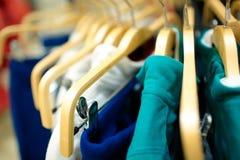 Hangers in de kledingsopslag. Stock Fotografie