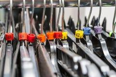 Hangers in een Klerenwinkel stock fotografie