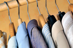 Hangers met overhemden royalty-vrije stock foto's