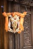 Hangging de esqueleto do gado em uma porta de madeira em Shangrila, reza para fotos de stock royalty free