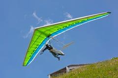 Hanggliding dans les Alpes suisses image libre de droits