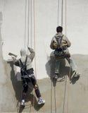Hangi de deux travailleurs de la construction Photographie stock
