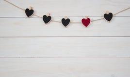 Hangin dei cuori del ` s del biglietto di S. Valentino sul fondo bianco di legno del cavo naturale fotografie stock