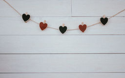 Hangin dos corações do ` s do Valentim no fundo branco de madeira do cabo natural Estilo retro Imagens de Stock