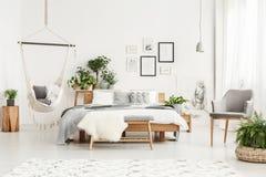 Hangmat in Boheemse slaapkamer stock afbeeldingen