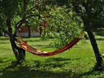 Hangmat in de tuin royalty-vrije stock afbeeldingen