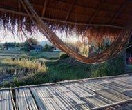 Hangmat in een bamboehut Stock Afbeeldingen