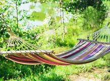 Hangmat in een tuin stock foto's