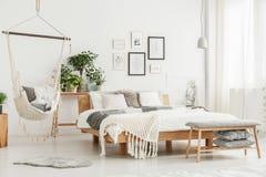 Hangmat in heldere slaapkamer royalty-vrije stock fotografie