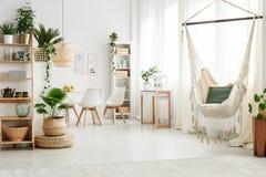 Hangmat in heldere woonkamer stock fotografie