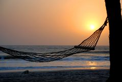 Hangmat onder een palm bij zonsondergang. GLB Skirring, Senegal Stock Afbeelding