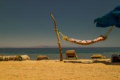 Hangmat op de kust van het Rode Overzees Stock Foto
