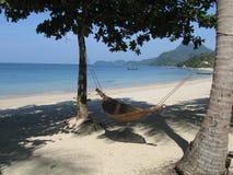 Hangmat op wit zandig strand Royalty-vrije Stock Afbeeldingen