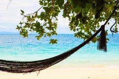 Hangmat in paradijsstrand stock afbeelding
