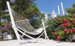 Hangmat in villa het overzien Stock Fotografie