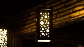 Hangng orange de lampe du plafond photographie stock libre de droits