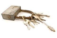 Hangslot als keychain met verscheidene sleutels Stock Afbeelding