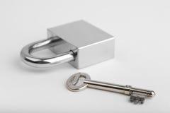 Hangslot en één sleutel Stock Foto's